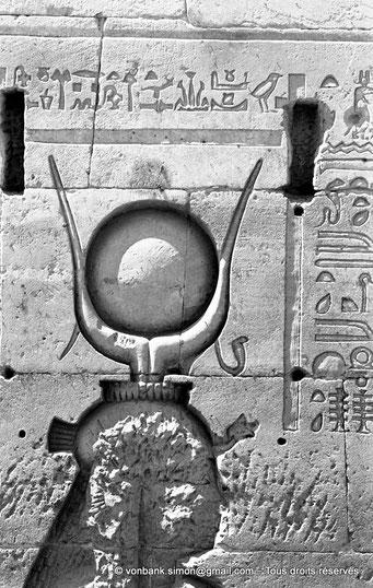 [NB076-1973-25] Philae : Temple d'Isis - Tête d'Hathor (Détail de la façade du Pylône 1)