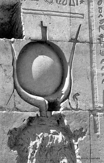 [NB076-1973-33] Philae : Temple d'Isis - Tête d'Isis (Détail de la façade du Pylône 1)