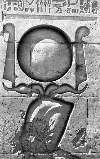[NB076-1973-27] Philae : Temple d'Isis - Tête du pharaon Ptolémée XII Neos Dionysos (Détail de la façade du Pylône 1)