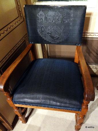 Stuhl mit Wappen