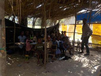 DYARAMA SCHULE: Klassenzimmer in Schulhütte