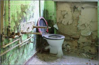 Hygiene ist das Gebot der Stunde! Das Waschbecken ist weg, aber Hauptsache der Klostein duftet und die Puschelhaube sitzt!