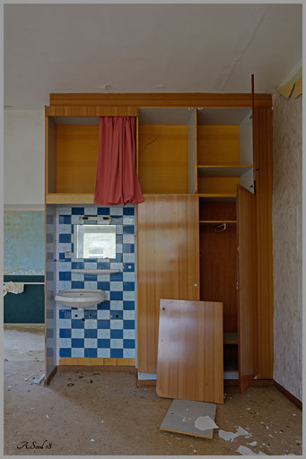 Hygiene ist das Gebot der Stunde/Einbaubad in einem verlassenene Altenheim