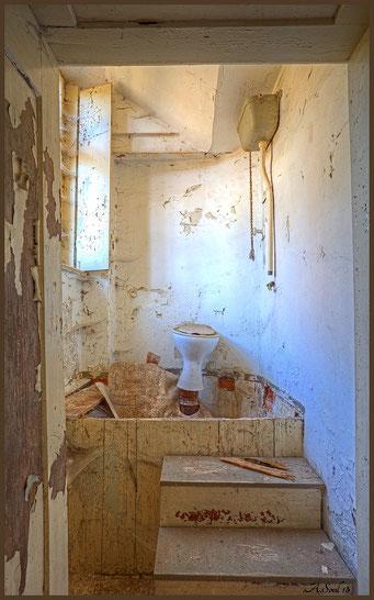 """Hygiene ist das Gebot der Stunde/ """"Thron"""" in einem ehemaligen Gutshof"""
