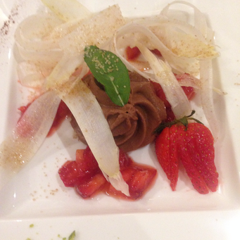 Schokoladencreme mit Erdbeeren und Spargelspänen