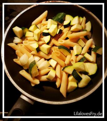 Nudeln Zucchini Zwiebeln Pfanne kochen lecker gesund schnell