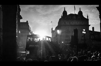 Vue du croisement Piccadilly Circus en plein après-midi. Londres