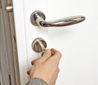 serrure à clef sur porte blanche