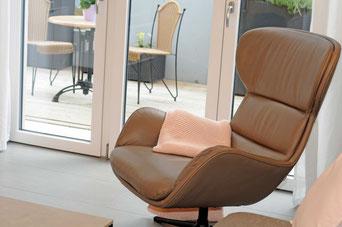 Das Wohnzimmer ist hell, modern und offen einreichtet.