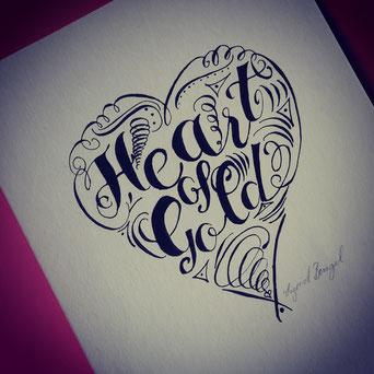 Lettering Heart of Gold in Herzform mit Schnörkeln