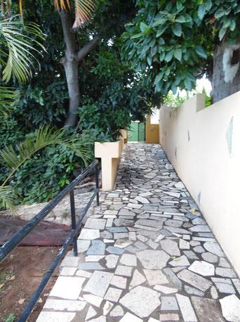 Befestigter Weg zum Eingang vom Haus
