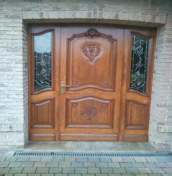 Porte d'entrée rénovée, égrénage et application de deux couche de lasure chêne doré