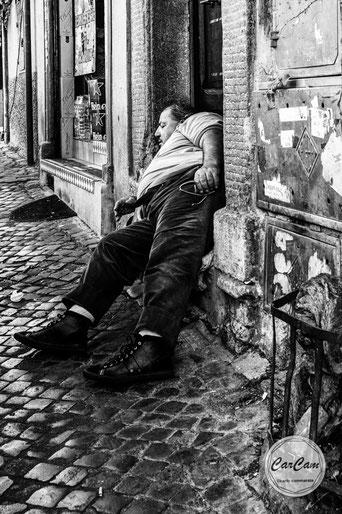 Rome, Roma, nap, kip, siesta, sleeper, black and white, noir et blanc, art, street photography, CarCam
