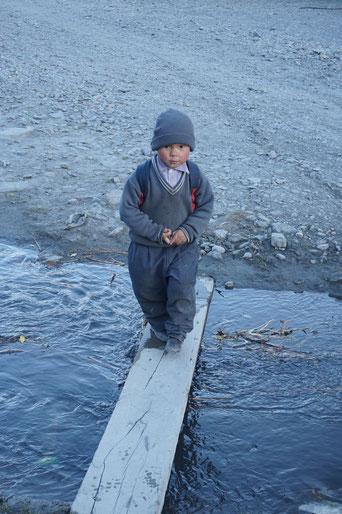 kleiner Junge, Fluss, Gleichgewicht, Therapie