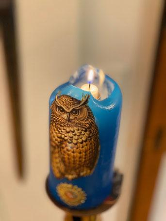 Die blaue Kerze der Freundschaft - wird zu jedem Sippungsbeginn im Gedenken an die Freunde entzündet, die an der Sippung nicht teilnehmen können.