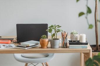 楽譜のうえに無造作に置かれた春の花たち。ガーベラ、バラ、アネモネなど。