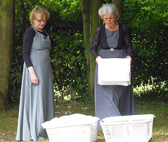 Bild Frauen beim Wäschefalten