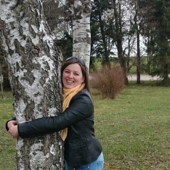 Sonja Kleiser umarmt einen Baum
