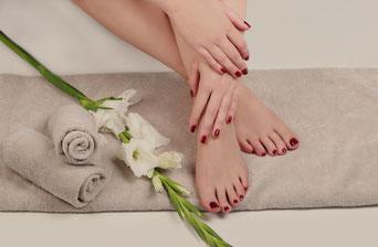 Nagellack für Hände und Füße in Wellness-Atmosphäre