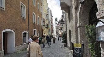 Montag: Auf der langen Busfahrt von Wien nach Vorarlberg  machen wir Halt in Hall in Tirol mit Rundgang durch die wunderschöne Altstadt.