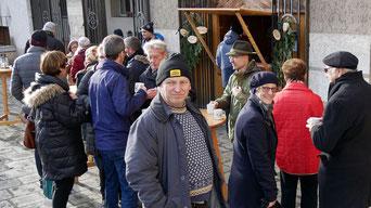 Am vierten Adventsonntag gab es kein Pfarrkaffee mehr im Pfarrsaal und deshalb war die Punschütte vor der Kirche recht gut besucht.