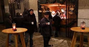 Am zweiten Adventsamstag kamen wegen des eisig kalten Windes leider nur wenige Leute zur Punschhütte.