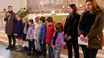 Foto von der Aufnahmemesse im November 2016, in der die Kinder + Leiter ein Spiel vom autoritären König und seiner Gefolgschaft spielten.