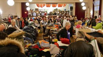 Beim Herbstflohmarkt gibt es ein großes Angebot von Kleidung, Schuhen, Taschen,  Tisch- und Bettwäsche, Sportgeräte, Sportgewand, Elektro- und Haushaltsgeräten. Foto vom Flohmarkt im Oktober 2016.