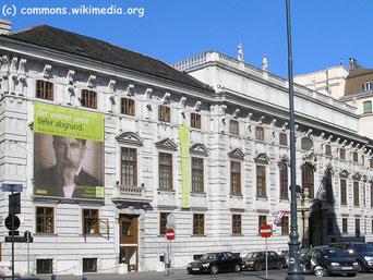 Das Theatermuseum befindet sich im Palais Lobkowitz, ein bedeutender barocker Stadtpalast, der nach der 2. Türkenbelagerung gebaut wurde und bis 1980 im Besitz der Adelsfamilie Lobkowitz war.