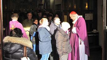Am Ende der Messe nahm sich der Kardinal auch Zeit jedem die Hand zu schütteln und Worte zu wechseln