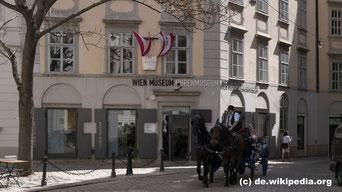 Das Uhrenmuseum am Hof befindet sich im Palais Obizzi, einem der ältesten Häuser Wiens. Die Uhrenausstellung zeigt 700 kostbare Uhren vom Mittelalter bis zur Neuzeit. Zu jeder vollen Stunde schlagen, läuten und spielen der Uhren im ganzen Haus.