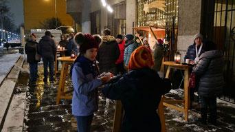 An ersten Adventsamstag kamen leider nicht so viele Leute, wie erwartet. Als Musikprogramm spielte Kathi Cerny traditionelle und moderne Weihnachtsllieder zum Mitsingen.