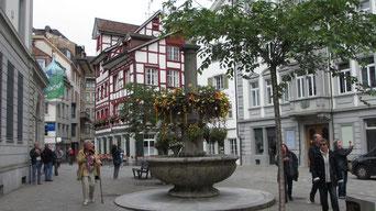 Mittwoch: Wir fahren nach St.Gallen in der Schweiz, besuchen dort die Appenzeller Käserei, die Stiftsbibliothek und abschließend Rundgang durch die Altstadt.