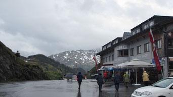 Montag: Danach geht es über den Arlberg. Leider war es regnerisch und kalt und wir konnten die imposanten Berge rundherum kaum sehen.