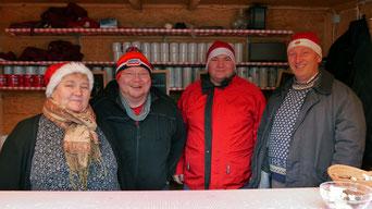 Am zweiten Adventsonntag übernahm die Familie Hink den Punschdienst!