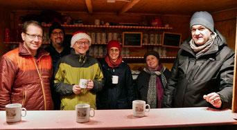 Das Quo-Vadis Team, das am dritten Adventsonntag die rhytmische Messe gestaltete, übernahm am Samstag Abend den Punschhütten Dienst.