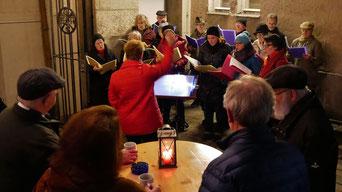 Am dritten Adventsamstag kamen bei angenehmen Wetter wieder viele Besucher, nicht nur um den guten Punsch zu trinken, sondern auch dem Kirchenchor zuzuhören.