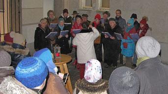 Am vierten Adventsamstag sang der Kirchenchor Adventlieder unter der Leitung von Edith Putz.