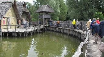 Samstag: Das Freilichtmusuem bei Unteruhldingen zeigt Pfahlbauten im See, die ursprünglich aus der Steinzeit stammen und in der jetzigen Form 1922 und nach dem zweiten Weltkrieg restauriert wurden.
