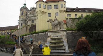 Donnerstag: Am Nachmittag besuchen wir die Benediktinerabtei Weingarten.