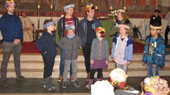 In der Messe werden die neuen Kinder und Leiter der 3.Volksschul-Gruppe vorgestellt.