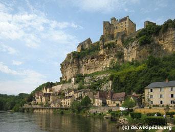 Die Kulturreise 2017 geht nach Aquitanien, der südwestlichsten Region Frankreichs am Atlantik. Foto von dem mittelalterlichen Ort Beynac mit seiner Höhenburg.
