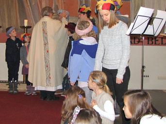 Pfarre Josef Markl segnet die neuen Jungschar Kinder und wünscht ihnen alles Gute.
