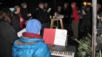 Bei der Eröffnung der Punschhütte am ersten Adventsamstag gab es ein Mitsingkonzert.