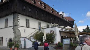 Freitag: Mit der Fähre geht es nach Konstanz. Dort besuchen wir das Haus, wo im 15.Jahrhundert ein Konzil abgehalten wurde, um die Rivalität von 3 gleichzeitig amtierenden Päpsten zu klären.