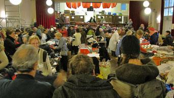 Beim Herbstflohmarkt gab es ein großes Angebot von Kleidung, Schuhen, Taschen,  Tisch- und Bettwäsche, Sportgeräte, Sportgewand, Elektro- und Haushaltsgeräten.