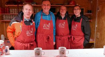 """Das """"Männer Pastoral"""" Team hatte beim Punschhütten Dienst am vierten Adventsamstag jede Menge zu tun."""