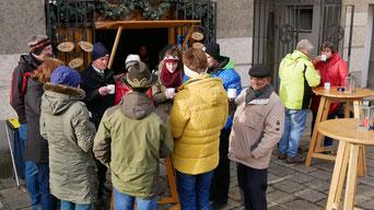 Auch am ersten Adventsonntag traf man sich nach der Messe wieder vor der Punschhütte.