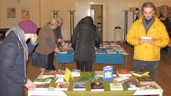 Die Buchausstellung am ersten Advent Wochenende bietet eine gute Auswahl für jung und alt. Foto vom ersten Adventsamstag im November 2016.