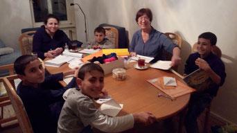 Christl Meixner (zweite von rechts) lernt deutsch mit den 4 Kindern und der Mutter.